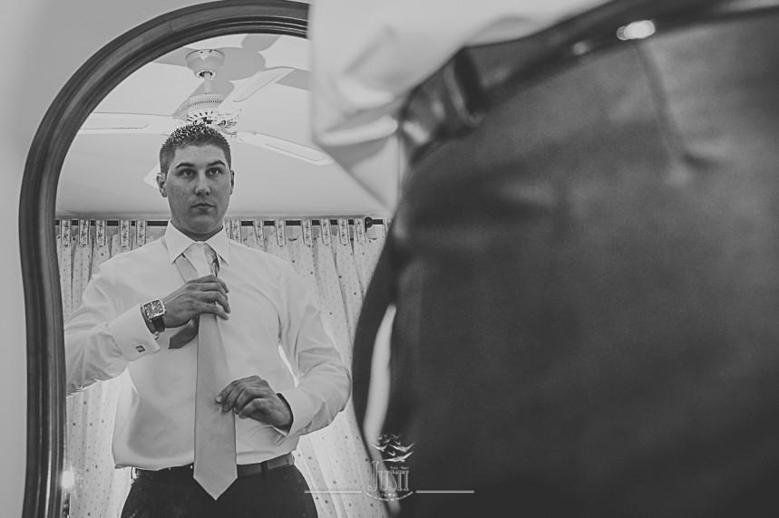 Boda en Talarrubias fotografias novio poniendo corbata