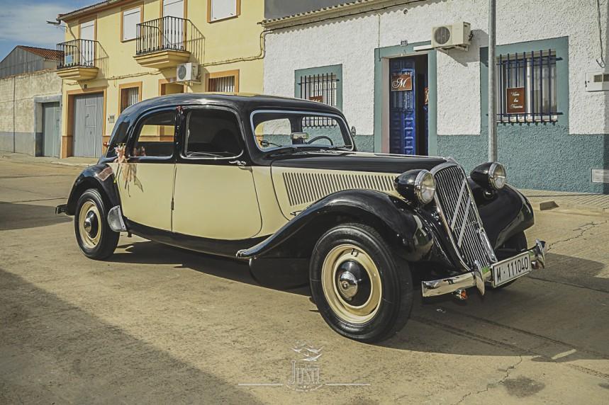 Boda en Talarrubias fotografias coche clasico para eventos nupciales