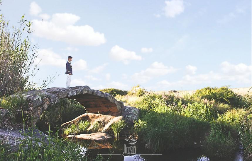 fotografía comunión niño en puente romano antiguo magacela