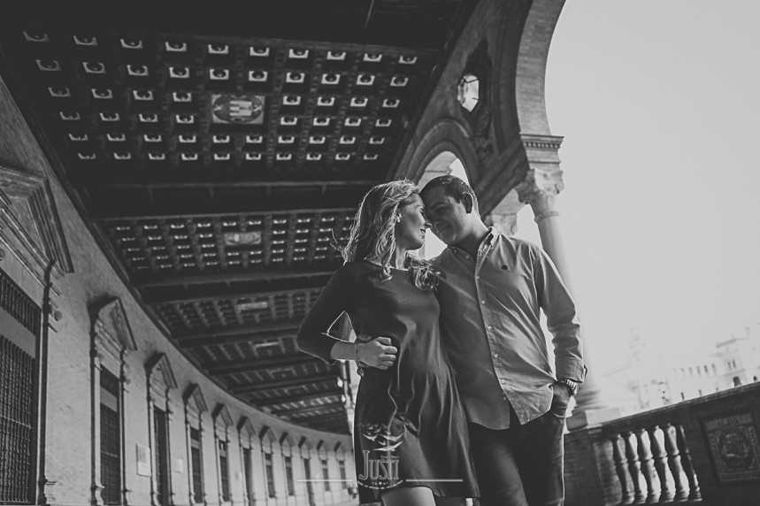 foto preboda pareja en plaza espana sevilla