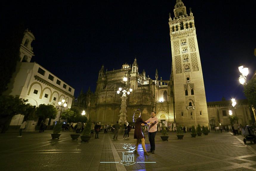 foto pareja preboda plaza sevilla giralda