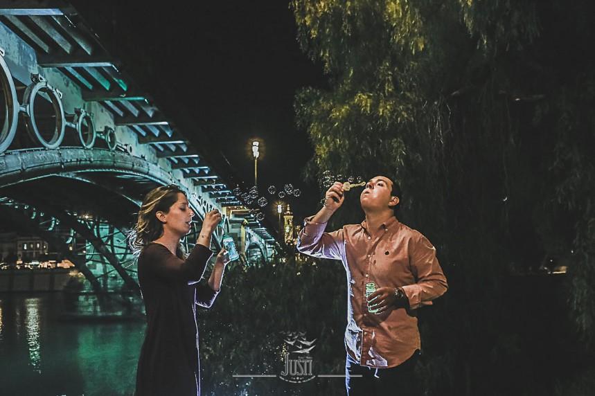 Preboda foto pareja puente triana pompas jabón burbujas
