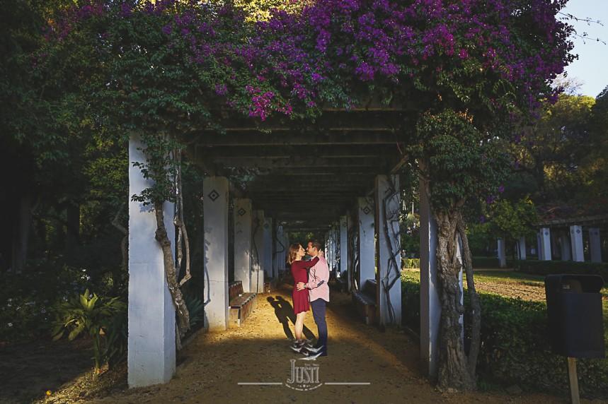 foto preboda pareja en parque maria luisa